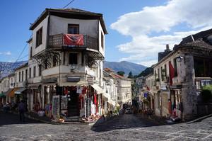 ジロカストラの街並み 鷲の国旗は鷲の子孫ということを意味している
