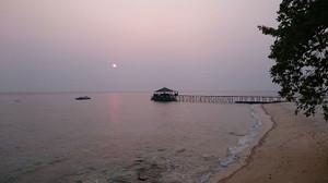 夕陽とともに美しいビーチ