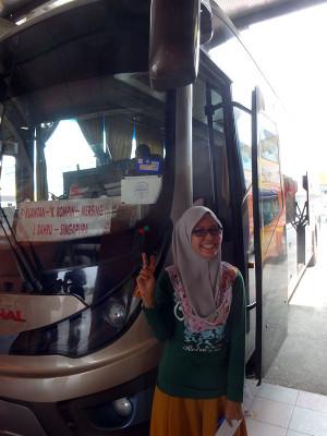 Transnational社のバスとバス会社のおねえさん