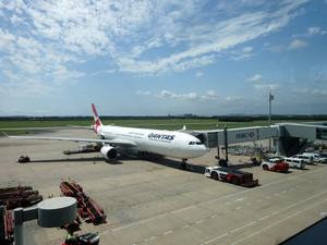 ブリスベン空港に駐機中のカンタス航空A330成田行