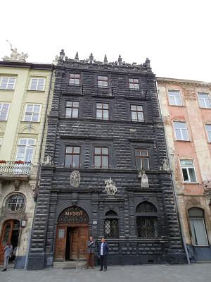 4番地の黒い石造りの館