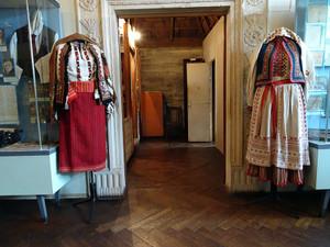 黒い石造りの館に展示されている民族衣装