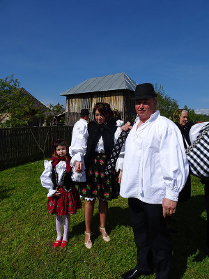 オンチェシュティの教会に来た家族