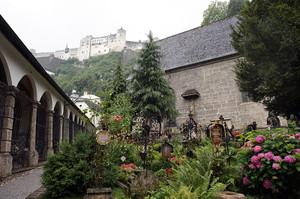 麓の教会からホーエンザルツブルク城を望む