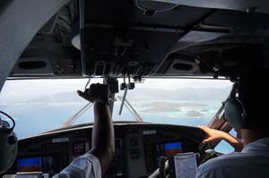 機内からコクピット、その先にマヘ島が見える
