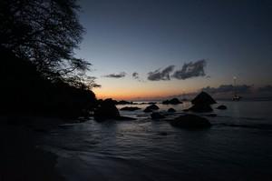 夜アンスラジオビーチに到着