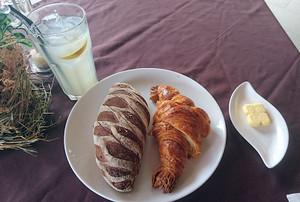 クロワッサンとトロピカルフルーツパン