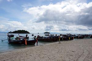 反対側のビーチに停泊中のロングテールボート