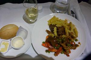 エチオピア航空のサイコロステーキとマカロニ
