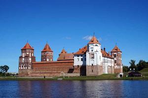 湖越しのミール城