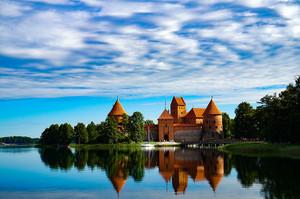 湖に映る美しいトラカイ城