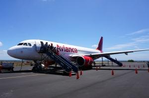バルトラ島に到着したアビアンカ航空A320機