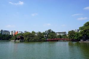 ホアンキエム湖に架かる棲旭橋
